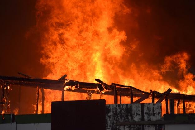 버려진 건물에서 화재