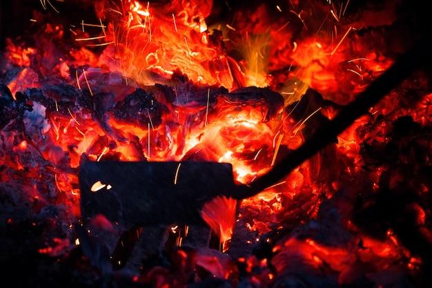 炉内で火かき棒ロール石炭、火花が飛ぶ