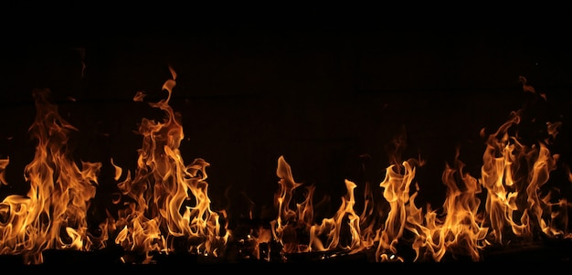 Линия огня на черном пламя на темноте много места для текста скопируйте пространство