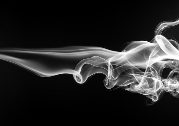 Огонь белого дыма на черном фоне. абстрактное движение