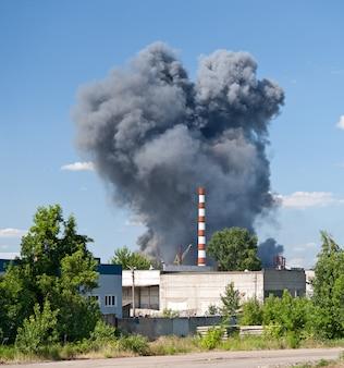 郊外の倉庫で火災