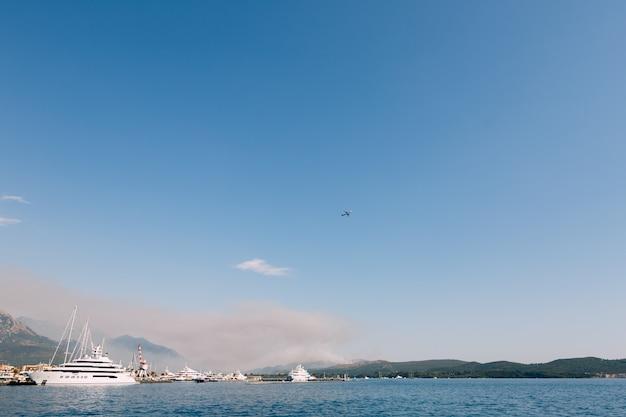 モンテネグロのポルトモンテネグロ近くのルスティカ半島で火災