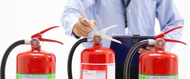 防火工学検査は、赤い消火器タンクにサービスを提供します。