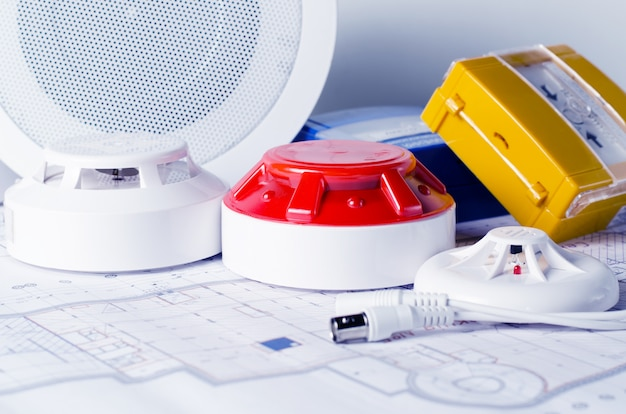 Противопожарное оборудование и план на столе. хороший для службы безопасности сайт инженерной компании