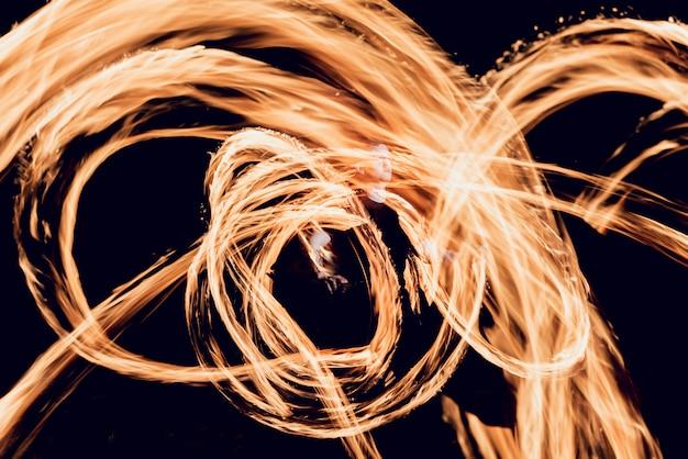 火ショー。夜の火のパフォーマンス。
