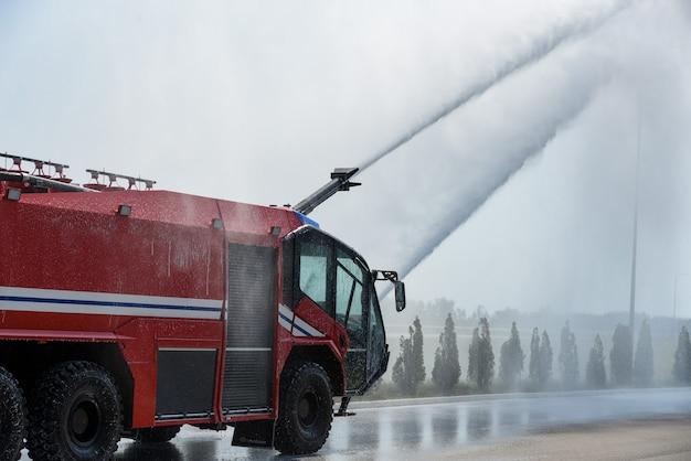 消防車は空港で消火します。