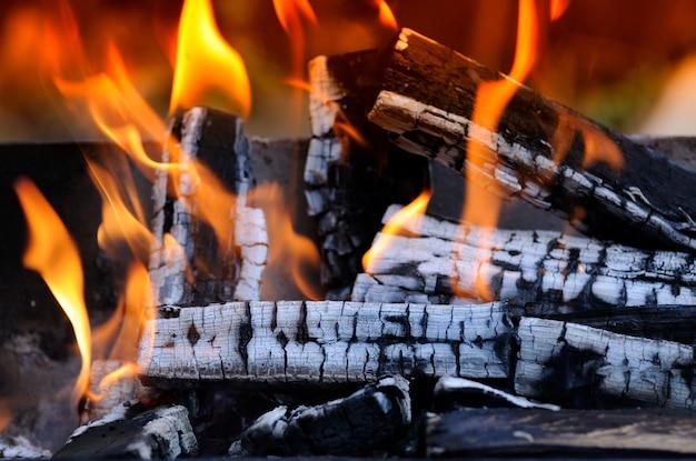 かまどで明るく燃える薪。
