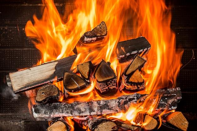 暖炉で燃えるfireをクローズアップ