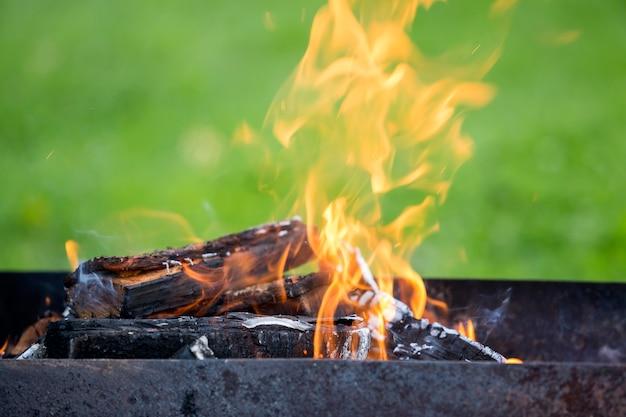 屋外のバーベキューのための金属製のボックスfireで明るく燃焼