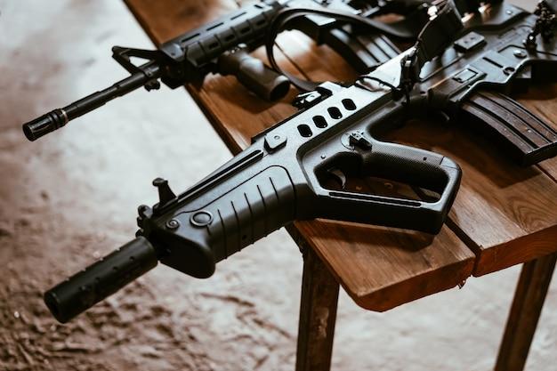 テーブルの上の銃