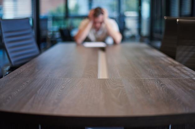 Уволенный сотрудник в конференц-зале