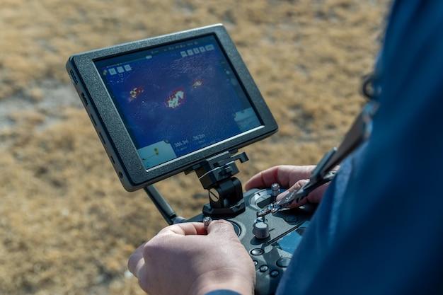 열화상 카메라로 드론을 날리는 소방관