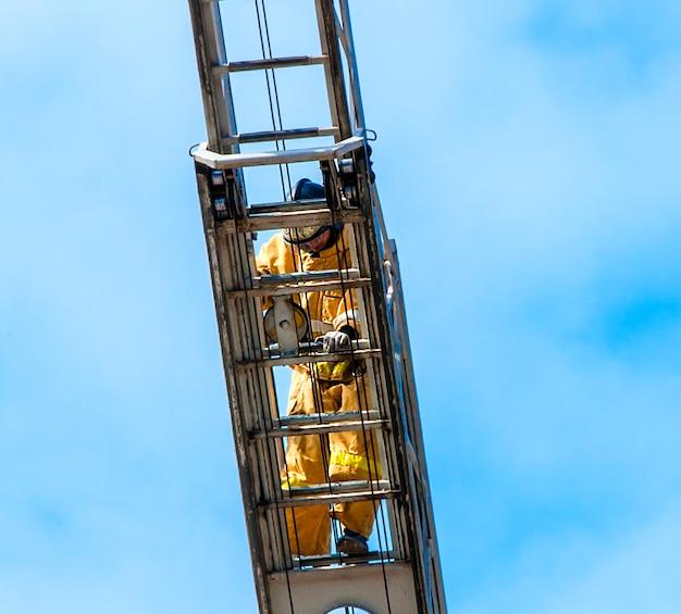 훈련 중인 소방관이 화재 계단으로 올라갑니다.