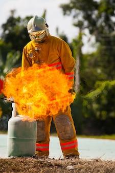 소방관 훈련을 위해 소방관을 보호하기위한 화재 및 소송 소방관.
