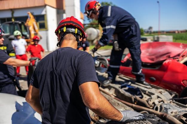 Пожарные делают свое дело. произошла автомобильная авария.