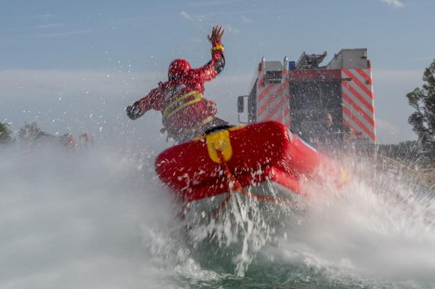 Пожарные проводят учения по спасению на воде, используют каноэ и специальные костюмы.