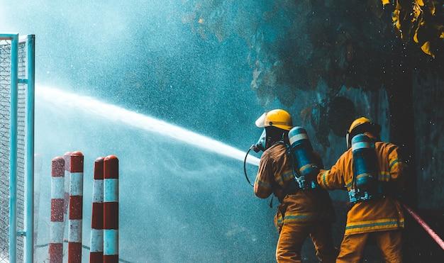 消防士は山火事に水を噴霧します