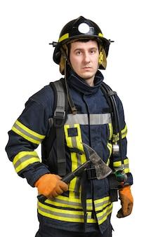 消防士は斧を手に持ち、正面を見る
