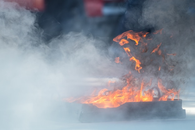 Показ пожарного использует огнетушитель на пожарном гидранте тренировки с белым дымом. концепция гигиены труда и техники безопасности.