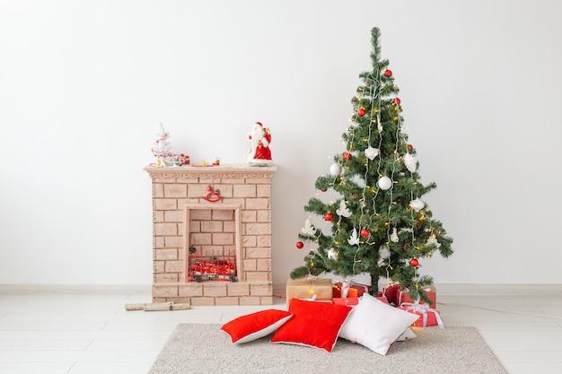 暖炉とリビングルームにプレゼントとクリスマスツリー。