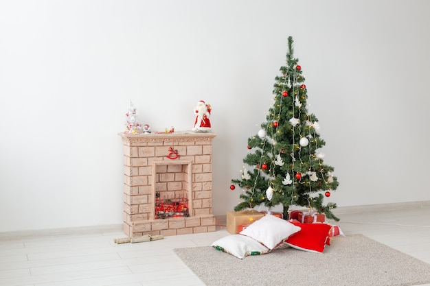 Камин и елка с подарками в гостиной