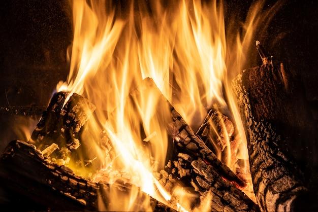 暖炉の燃える炎、火のクローズアップ