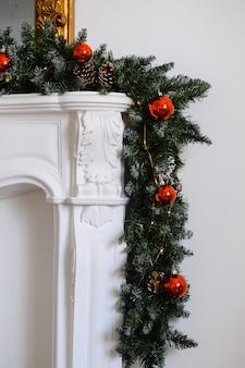 クリスマスの装飾で飾られた暖炉