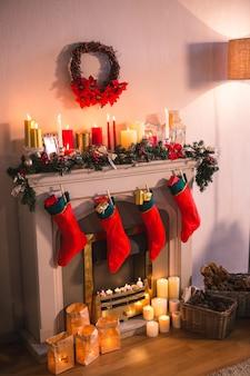 Камин украшен рождественские мотивы и красные носки