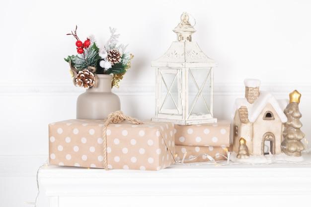Каминная мантия украшена свечами и гирляндами на рождество