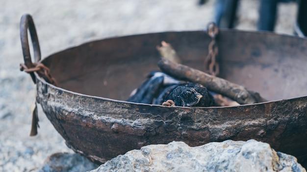 暖炉の鍋と薪