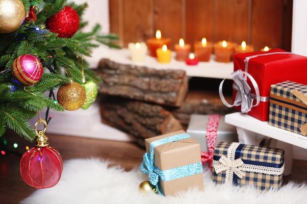 방에 아름다운 크리스마스 장식과 선물이 있는 벽난로