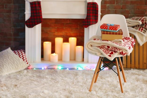 快適なリビングルームに美しいクリスマスの装飾が施された暖炉