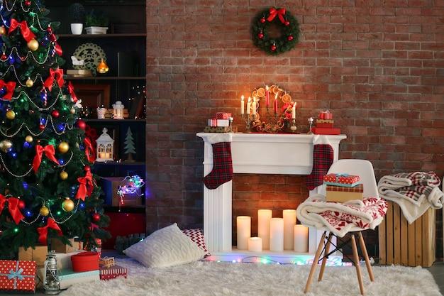 편안한 거실에 아름다운 크리스마스 장식이 있는 벽난로