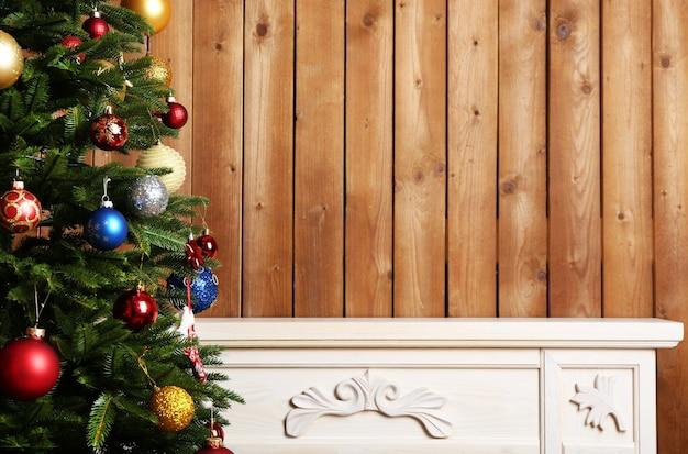 방 배경에 아름다운 크리스마스 장식이 있는 벽난로