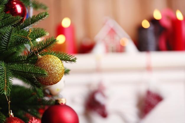 방에 아름다운 크리스마스 장식이 있는 벽난로