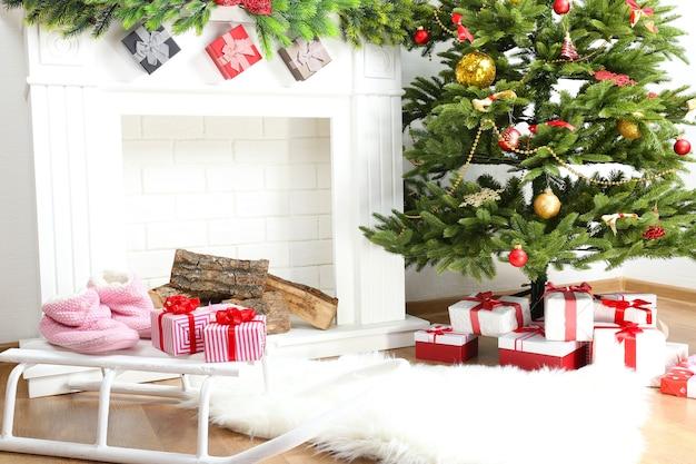 部屋に美しいクリスマスの装飾が施された暖炉