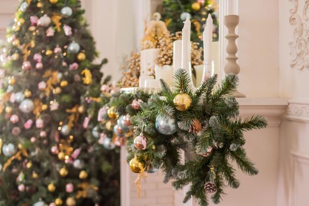 モミの枝とクリスマスツリーが付いている暖炉