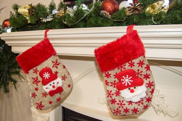Камин с чулок, украшенный на рождество, крупным планом.