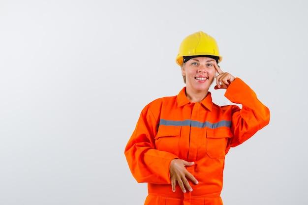 Vigile del fuoco nella sua uniforme con un casco di sicurezza