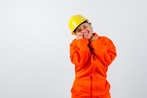 安全ヘルメットをかぶった制服を着た消防士