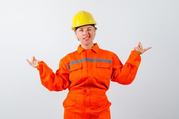 안전 헬멧을 쓴 제복을 입은 소방관