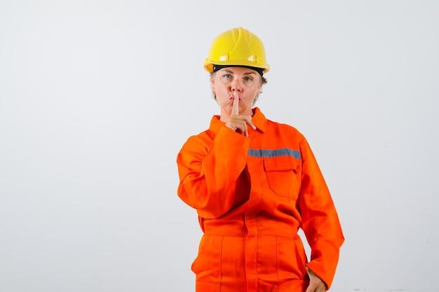 安全ヘルメットをかぶった制服を着た消防士 無料写真