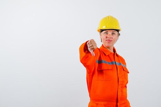 Пожарная женщина в униформе с защитным шлемом