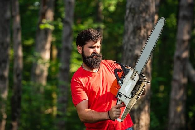 Дрова как возобновляемый источник энергии стильный молодой человек изображает из себя дрова дровосе ...
