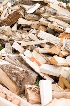 薪の背景乾いたみじん切りの薪をスタックに