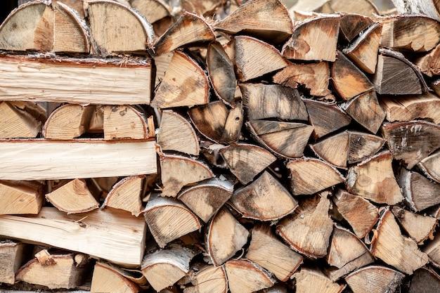 Дрова фон из рубленых дров для растопки и отопления дома крупный план. поленница со сложенными дровами. текстура березы. знамя