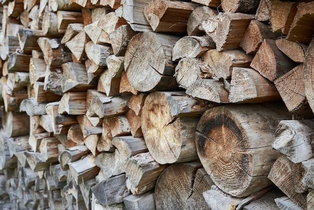 薪の背景。冬の薪の準備