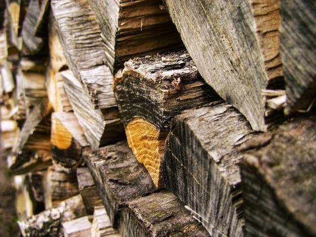 Фон дров, стеки дров в лесу. куча дров. дрова сухие дрова в куче для растопки печи