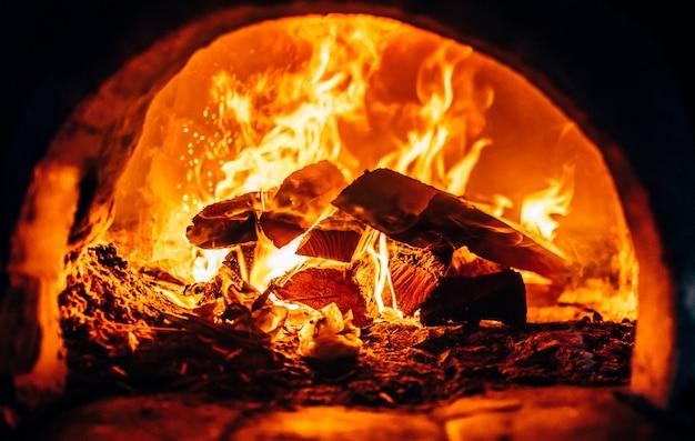Сжигание дров у печи крупным планом