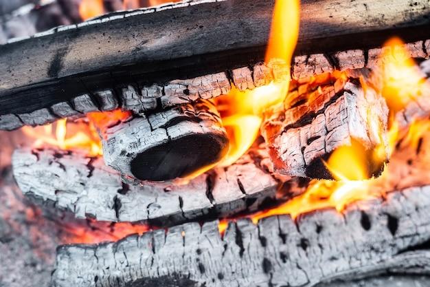 グリルで燃える薪
